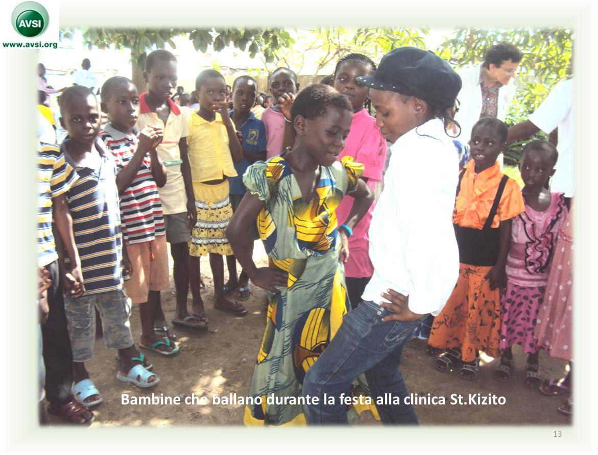 13 Bambine che ballano durante la festa alla clinica St.Kizito