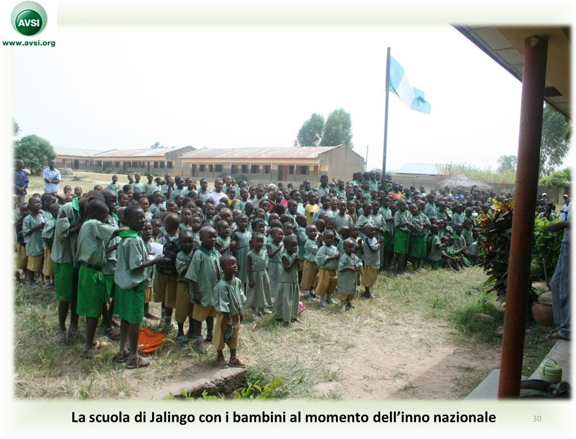 La scuola di Jalingo con i bambini al momento dellinno nazionale 30