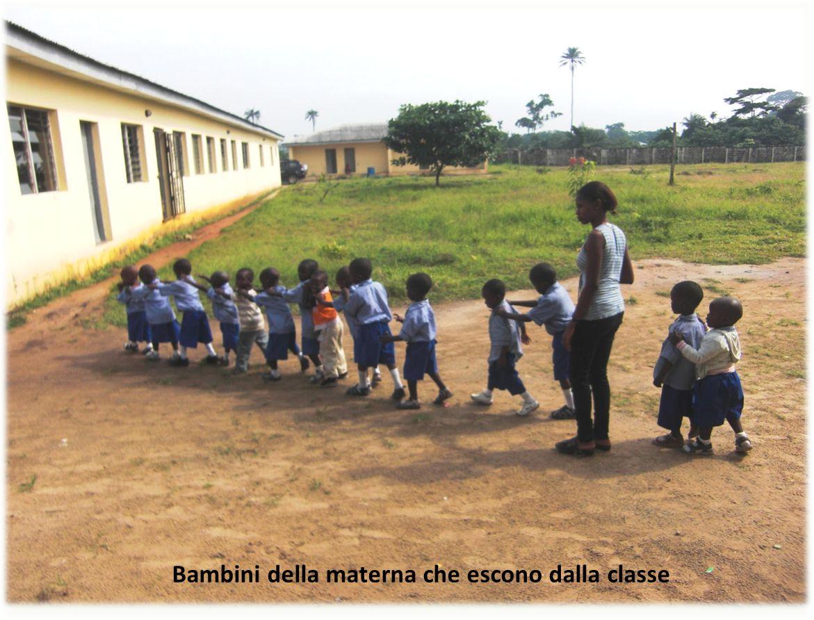 41 Bambini della materna che escono dalla classe