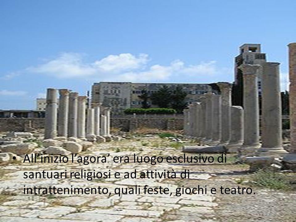 Allinizio lagora era luogo esclusivo di santuari religiosi e ad attività di intrattenimento, quali feste, giochi e teatro.