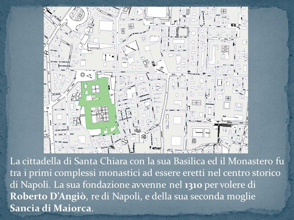 La cittadella di Santa Chiara con la sua Basilica ed il Monastero fu tra i primi complessi monastici ad essere eretti nel centro storico di Napoli. La