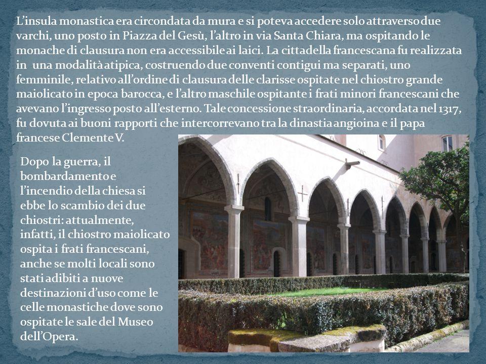 Linsula monastica era circondata da mura e si poteva accedere solo attraverso due varchi, uno posto in Piazza del Gesù, laltro in via Santa Chiara, ma