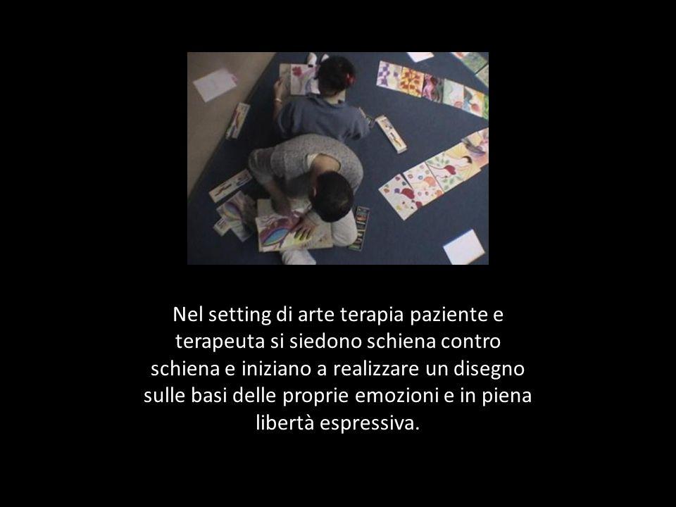 Nel setting di arte terapia paziente e terapeuta si siedono schiena contro schiena e iniziano a realizzare un disegno sulle basi delle proprie emozion