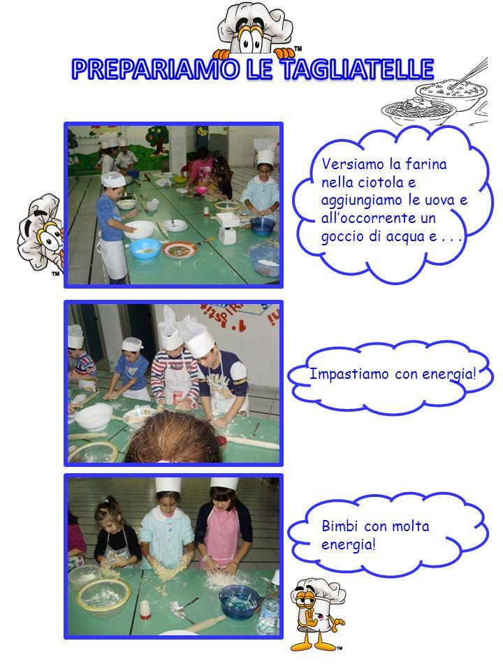 Versiamo la farina nella ciotola e aggiungiamo le uova e alloccorrente un goccio di acqua e... Impastiamo con energia! Bimbi con molta energia!