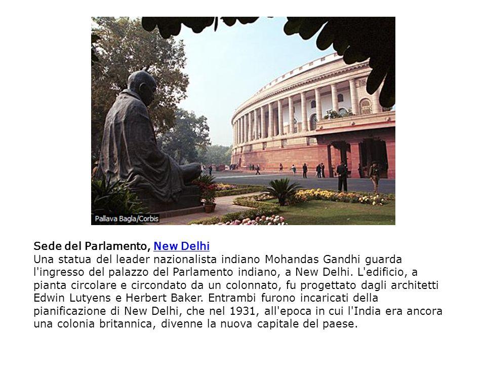 Sede del Parlamento, New DelhiNew Delhi Una statua del leader nazionalista indiano Mohandas Gandhi guarda l'ingresso del palazzo del Parlamento indian