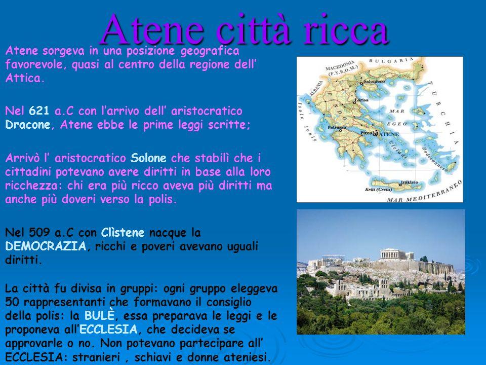 Atene città ricca Atene sorgeva in una posizione geografica favorevole, quasi al centro della regione dell Attica. Nel 621 a.C con larrivo dell aristo