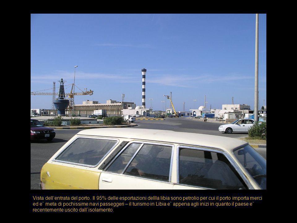 Altra vista dell`entrata del porto.