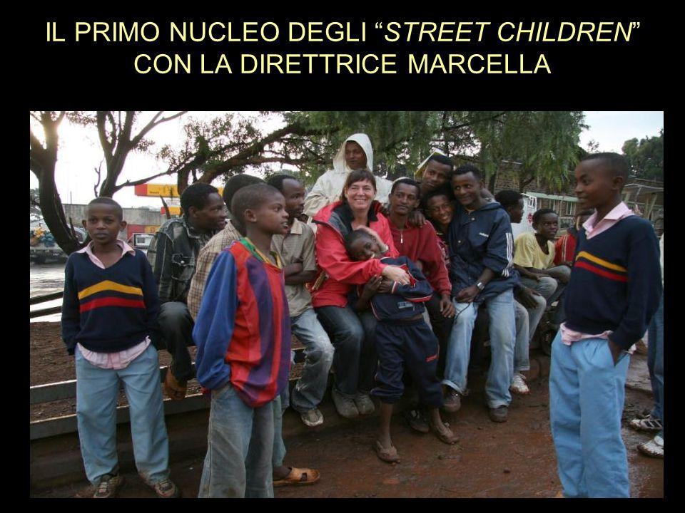 IL PRIMO NUCLEO DEGLI STREET CHILDREN CON LA DIRETTRICE MARCELLA