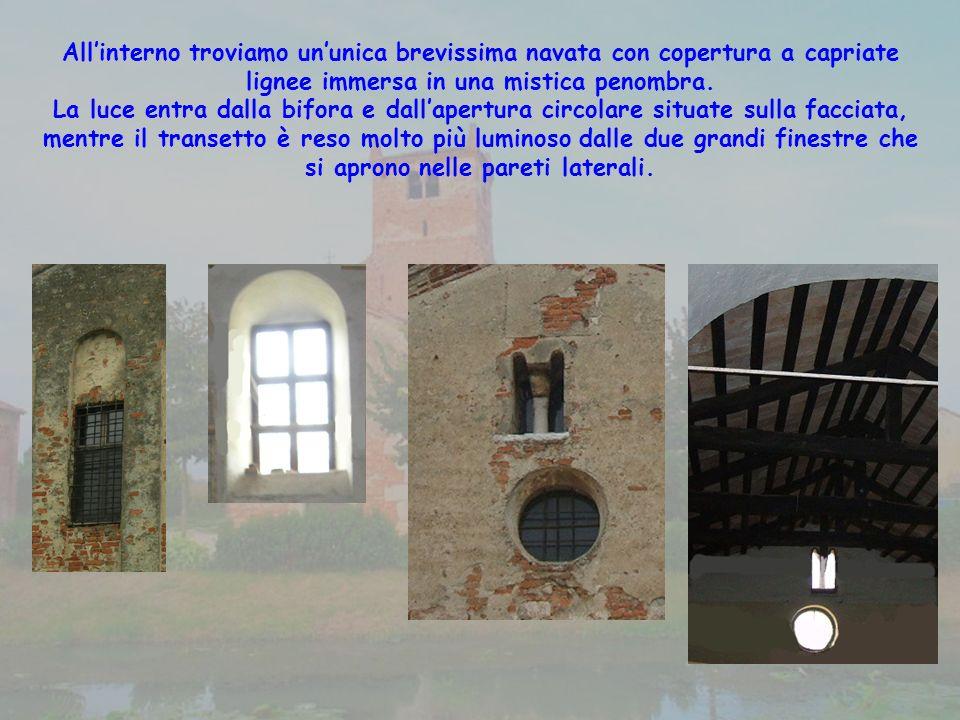 Allinterno troviamo ununica brevissima navata con copertura a capriate lignee immersa in una mistica penombra.