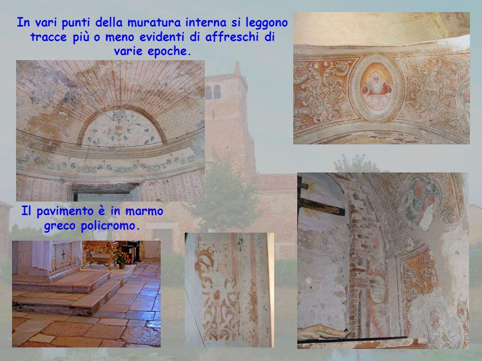 In vari punti della muratura interna si leggono tracce più o meno evidenti di affreschi di varie epoche.
