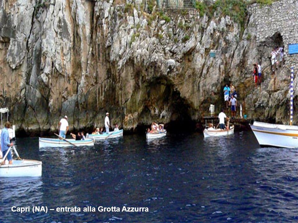 La Grotta Azzurra dell'Isola di Capri è senzaltro una delle bellezze naturali più conosciute al mondo grazie al particolare gioco di luci che si crea