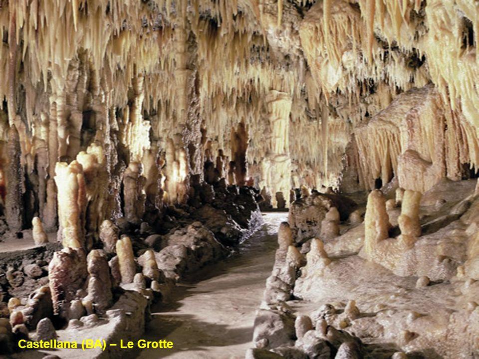Le Grotte di Castellana in provincia di Bari sono un vero e proprio mondo sotteraneo in cui lacqua ha creato meravigliosi paesaggi fatti di stallatiti