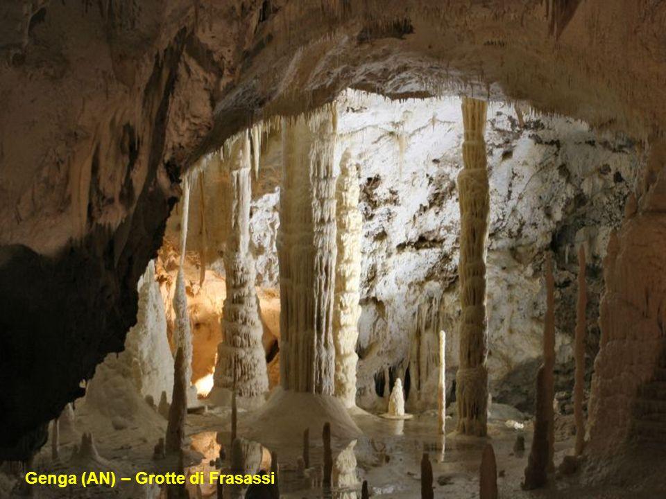 Scoperte nel 1971 e aperte al pubblico dal 1974 le Grotte di Frasassi in provincia di Ancona nelle Marche sono così maestose che la loro sala più gran