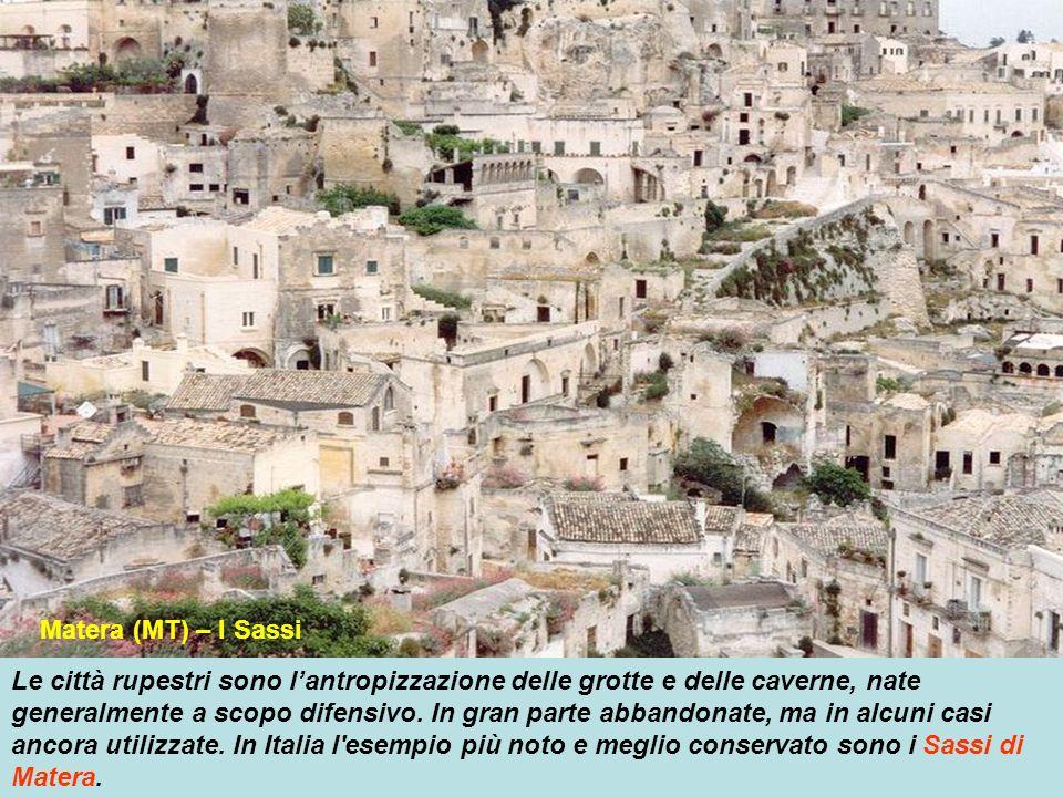 Le città rupestri sono lantropizzazione delle grotte e delle caverne, nate generalmente a scopo difensivo.