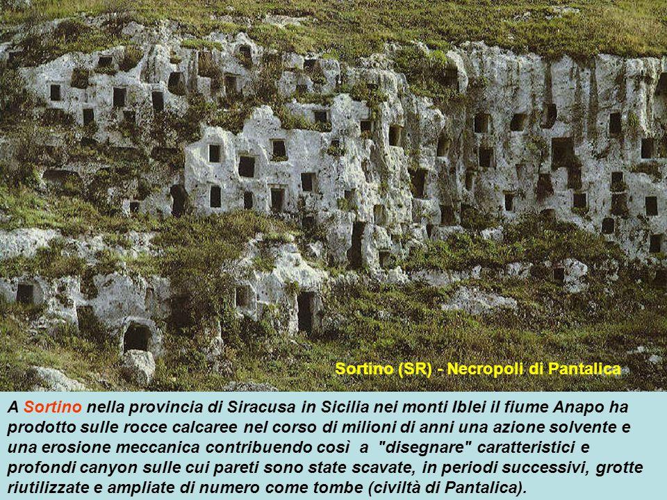 Vitozza (GR) – insediamento rupestre Nell Italia centrale spicca su tutti l'insediamento rupestre di Vitozza, in provincia di Grosseto, mentre nell'It