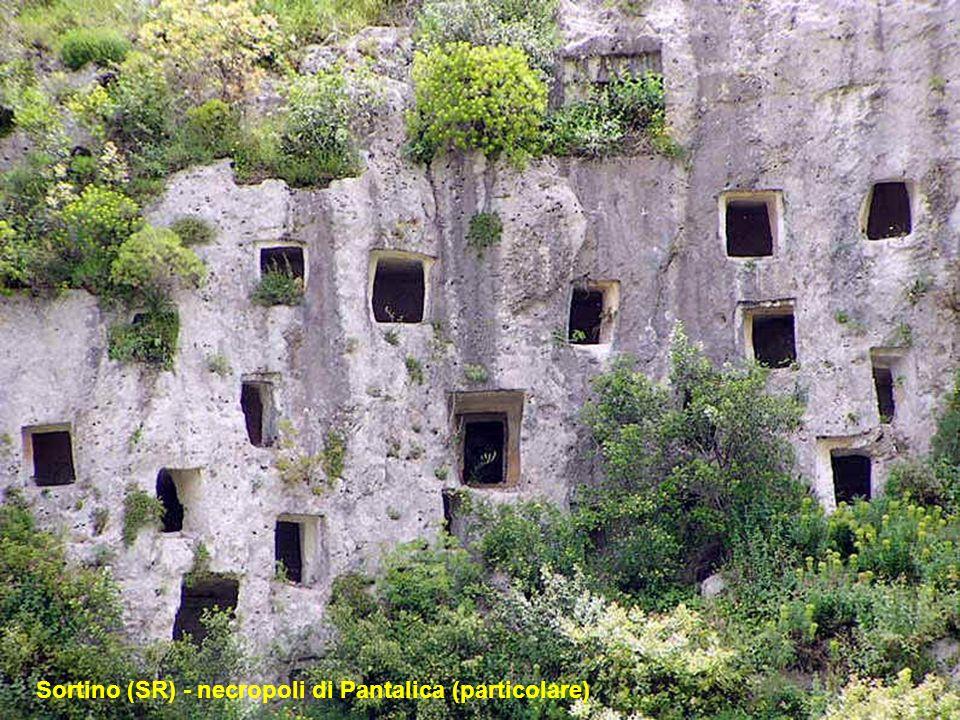 A Sortino nella provincia di Siracusa in Sicilia nei monti Iblei il fiume Anapo ha prodotto sulle rocce calcaree nel corso di milioni di anni una azio