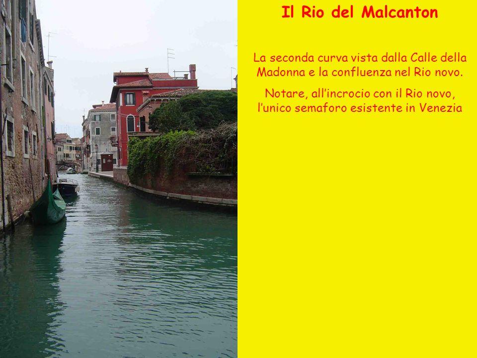 Il Rio del Malcanton La seconda curva vista dalla Calle della Madonna e la confluenza nel Rio novo. Notare, allincrocio con il Rio novo, lunico semafo