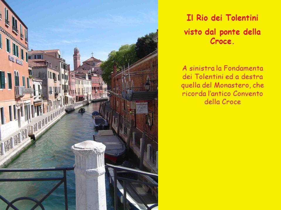 Il Rio dei Tolentini visto dal ponte della Croce. A sinistra la Fondamenta dei Tolentini ed a destra quella del Monastero, che ricorda lantico Convent