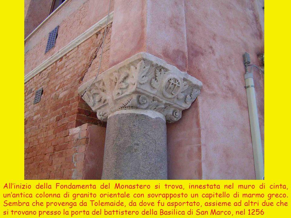 Allinizio della Fondamenta del Monastero si trova, innestata nel muro di cinta, unantica colonna di granito orientale con sovrapposto un capitello di