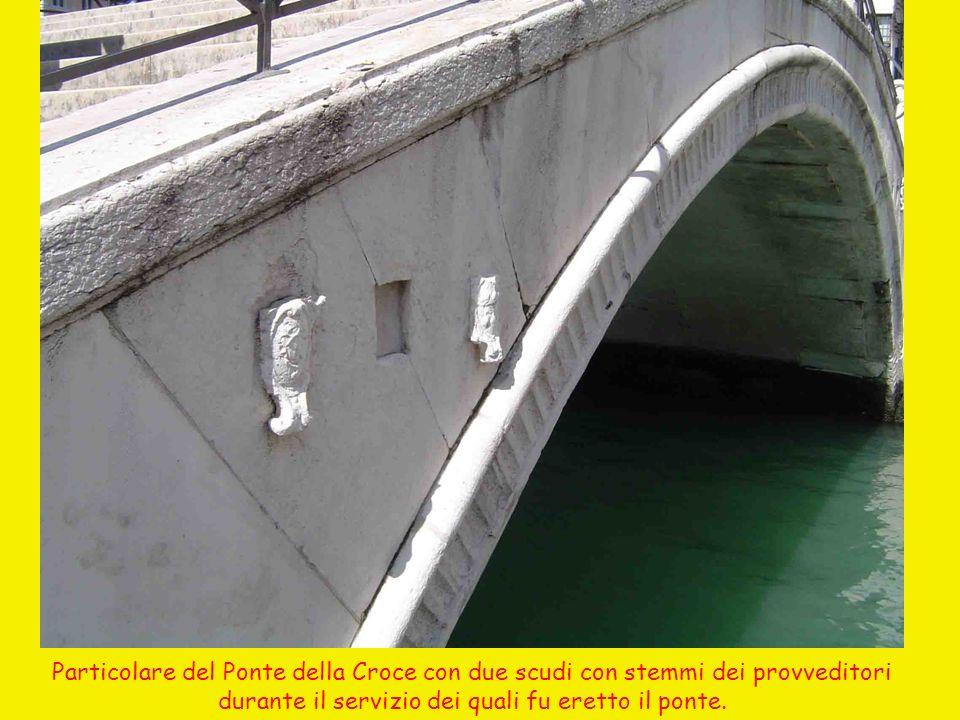 Particolare del Ponte della Croce con due scudi con stemmi dei provveditori durante il servizio dei quali fu eretto il ponte.