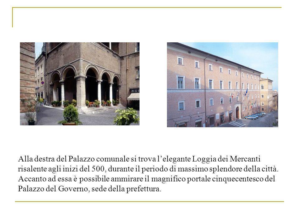 Alla destra del Palazzo comunale si trova lelegante Loggia dei Mercanti risalente agli inizi del 500, durante il periodo di massimo splendore della città.