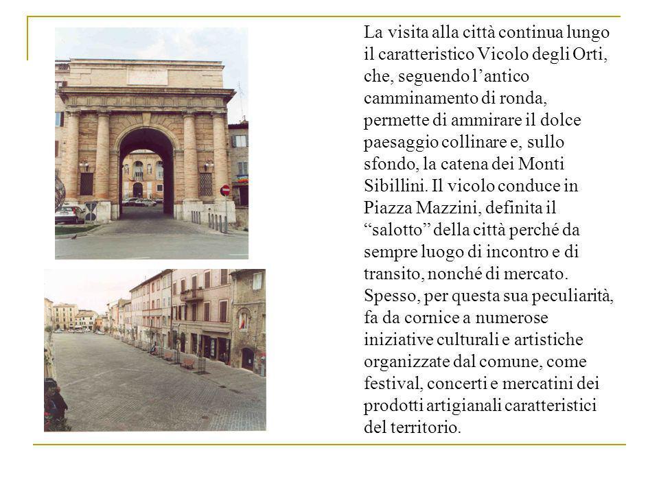 Accanto alla piazza si erge maestoso il monumento più caratteristico e significativo della città: lo Sferisterio, inaugurato il 5 settembre 1829 grazie al contributo di cento consorti maceratesi, che ospita ogni estate una stagione lirica di fama internazionale.