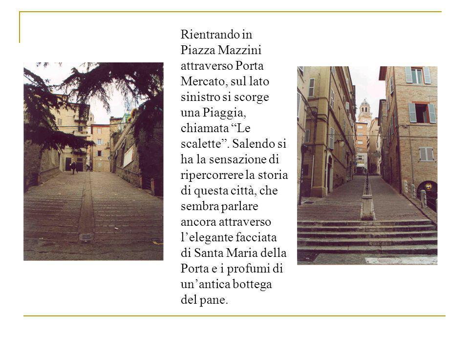 Rientrando in Piazza Mazzini attraverso Porta Mercato, sul lato sinistro si scorge una Piaggia, chiamata Le scalette.