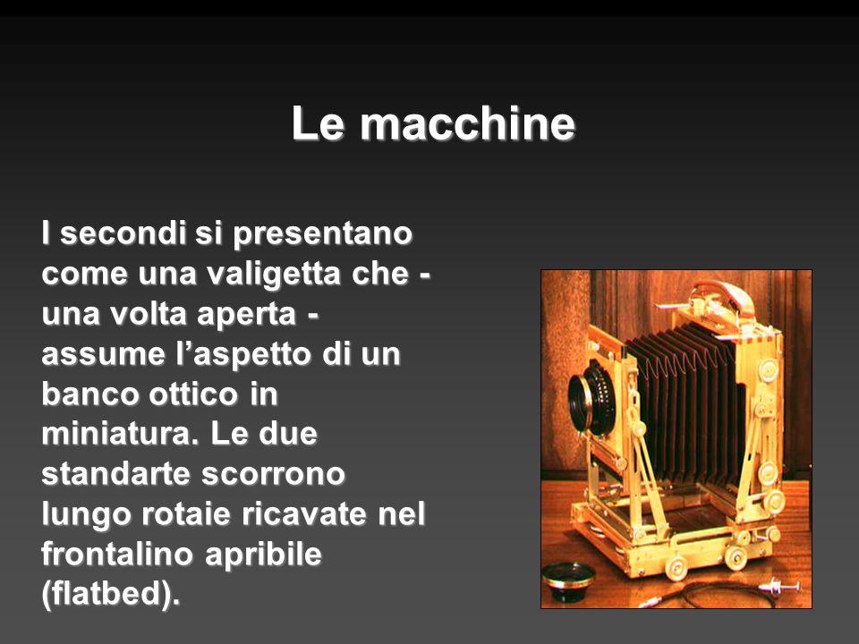 Le macchine I secondi si presentano come una valigetta che - una volta aperta - assume laspetto di un banco ottico in miniatura. Le due standarte scor