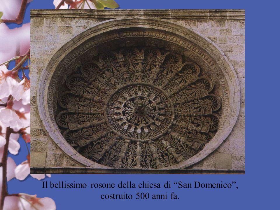 Il bellissimo rosone della chiesa di San Domenico, costruito 500 anni fa.