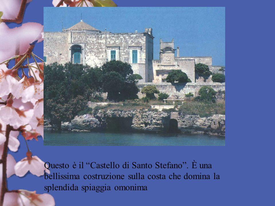 Questo è il Castello di Santo Stefano. È una bellissima costruzione sulla costa che domina la splendida spiaggia omonima