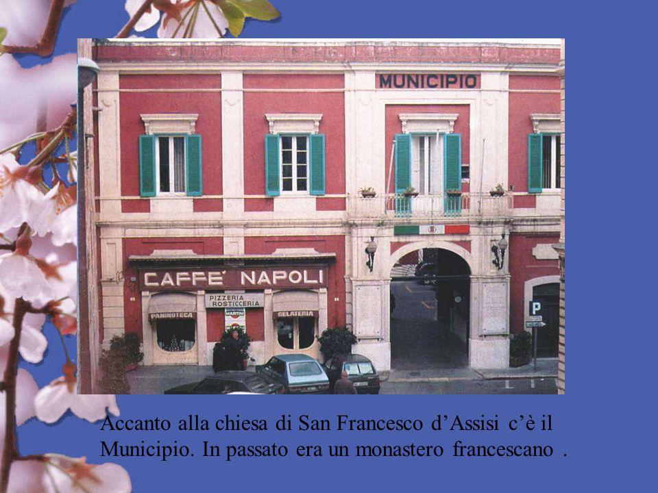 Accanto alla chiesa di San Francesco dAssisi cè il Municipio. In passato era un monastero francescano.