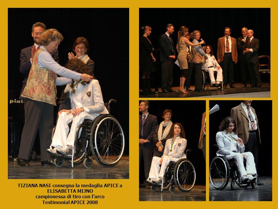 TIZIANA NASI consegna la medaglia APICE a ELISABETTA MIJNO campionessa di tiro con larco Testimonial APICE 2008