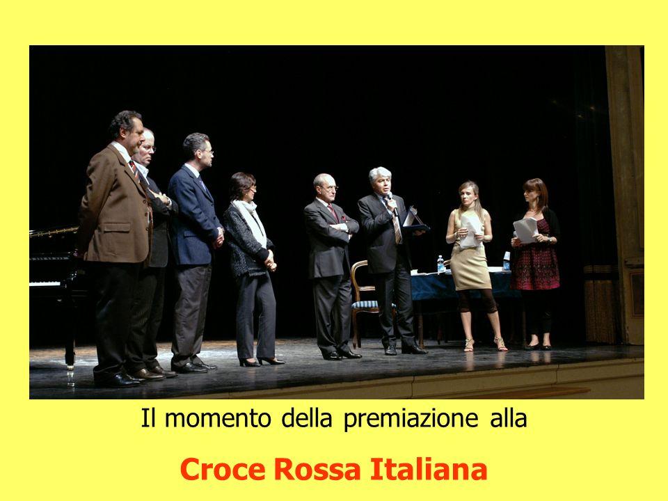 Il momento della premiazione alla Croce Rossa Italiana