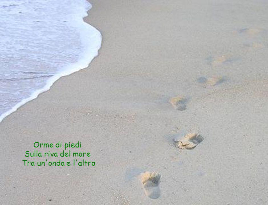 Orme di piedi Sulla riva del mare Tra un'onda e l'altra