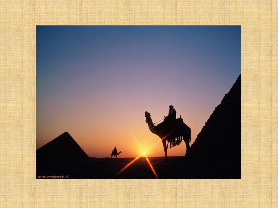 Molto spesso, al posto della corona, il faraone portava un copricapo decorato con il serpente- ureo di forma rettangolare e fatto di stoffa.