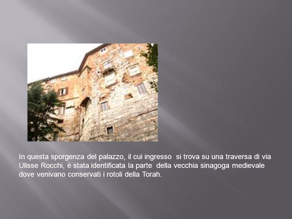 In questa sporgenza del palazzo, il cui ingresso si trova su una traversa di via Ulisse Rocchi, è stata identificata la parte della vecchia sinagoga m
