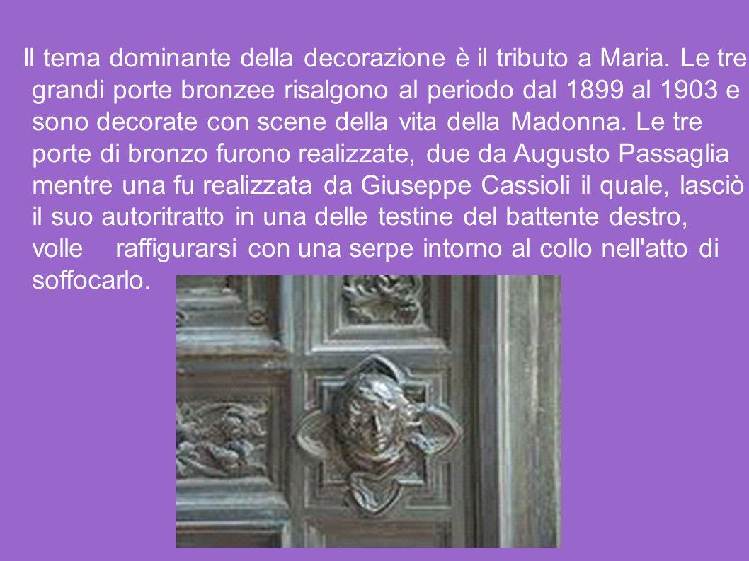 Il tema dominante della decorazione è il tributo a Maria. Le tre grandi porte bronzee risalgono al periodo dal 1899 al 1903 e sono decorate con scene