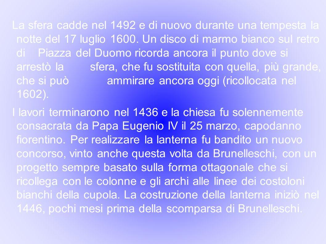 La sfera cadde nel 1492 e di nuovo durante una tempesta la notte del 17 luglio 1600. Un disco di marmo bianco sul retro di Piazza del Duomo ricorda an