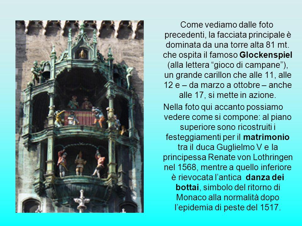 Come vediamo dalle foto precedenti, la facciata principale è dominata da una torre alta 81 mt. che ospita il famoso Glockenspiel (alla lettera gioco d