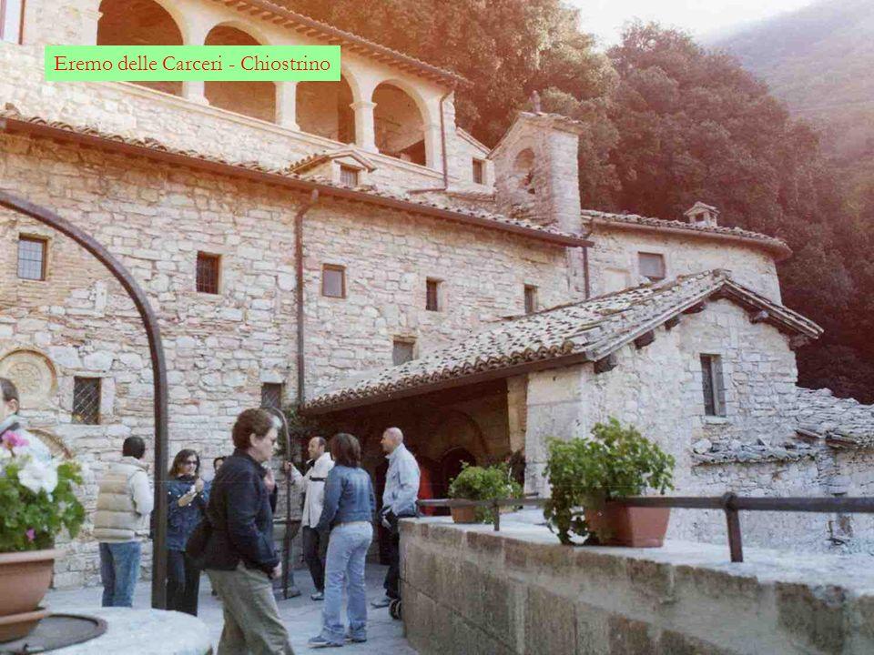 Eremo delle Carceri Risalendo da Assisi le pendici del monte Subasio si arriva allEremo delle Carceri, posto a 800 m s.l.m. Prende il nome dal fatto c