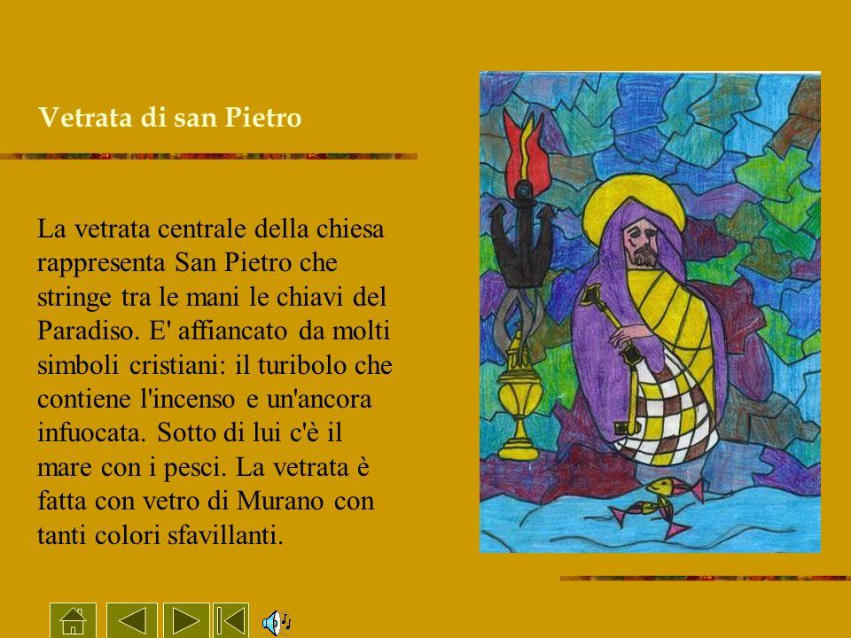 Vetrata di san Pietro La vetrata centrale della chiesa rappresenta San Pietro che stringe tra le mani le chiavi del Paradiso. E' affiancato da molti s