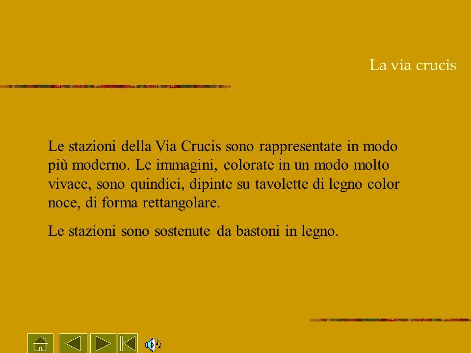 La via crucis Le stazioni della Via Crucis sono rappresentate in modo più moderno. Le immagini, colorate in un modo molto vivace, sono quindici, dipin