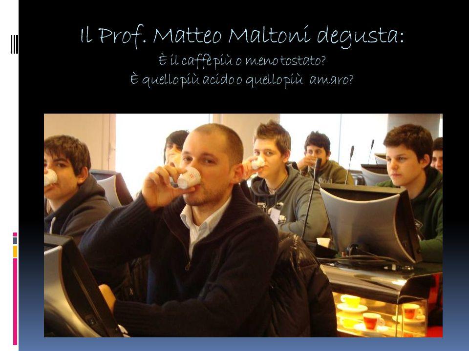 Il Prof. Matteo Maltoni degusta: È il caffè più o meno tostato? È quello più acido o quello più amaro?