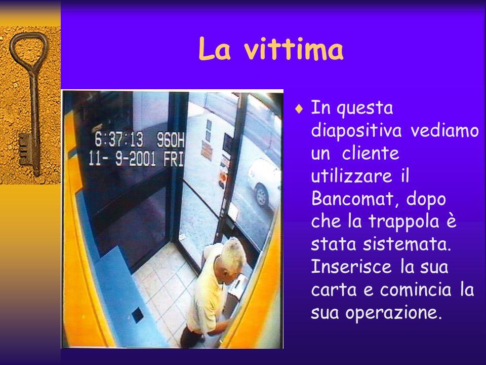 In questa diapositiva vediamo un cliente utilizzare il Bancomat, dopo che la trappola è stata sistemata. Inserisce la sua carta e comincia la sua oper