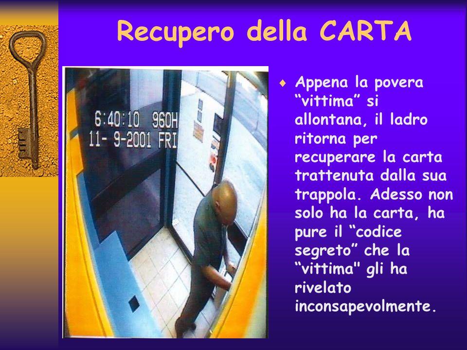 Recupero della CARTA Appena la povera vittima si allontana, il ladro ritorna per recuperare la carta trattenuta dalla sua trappola. Adesso non solo ha