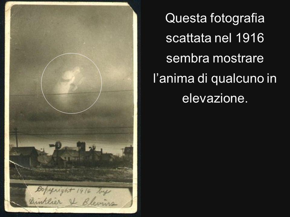Questa fotografia scattata nel 1916 sembra mostrare lanima di qualcuno in elevazione.