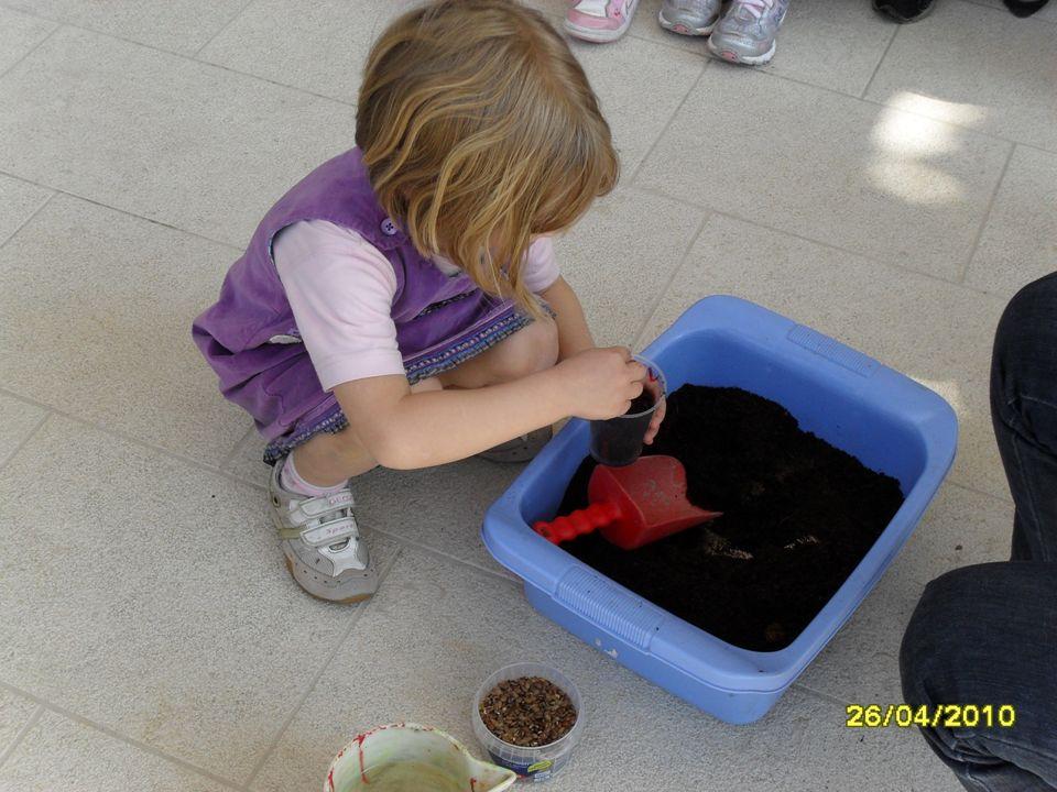 Qui i bambini hanno preso contatto con gli elementi necessari, terra, acqua, semi.