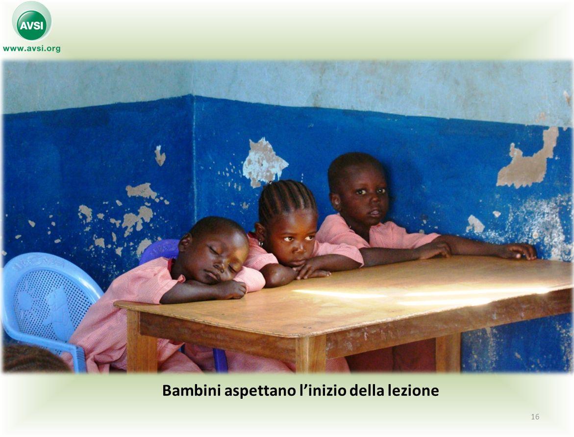 Bambini aspettano linizio della lezione 16