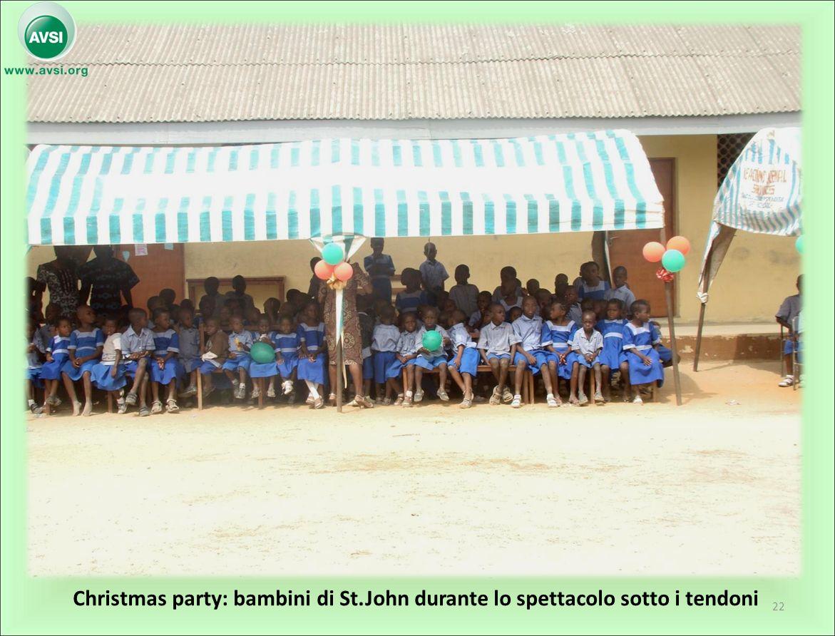 Christmas party: bambini di St.John durante lo spettacolo sotto i tendoni 22