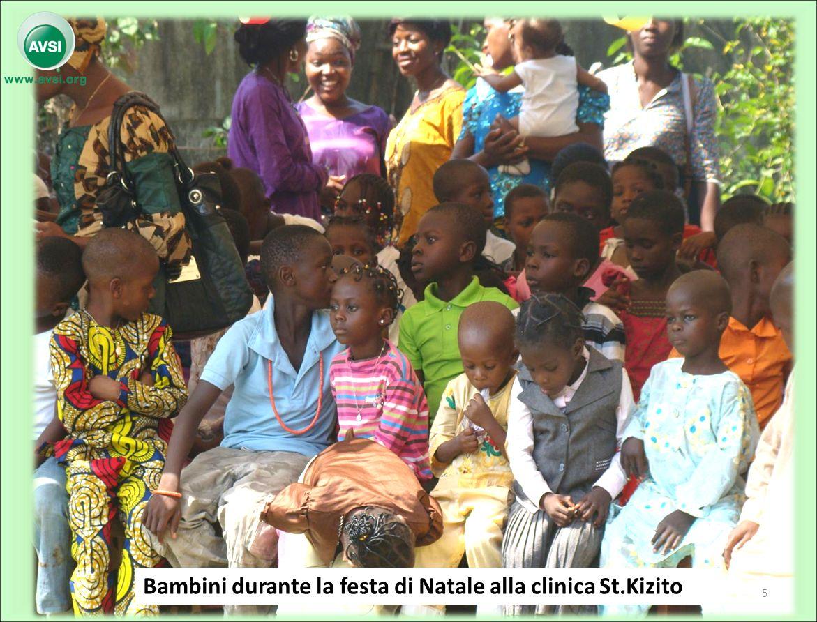Bambini durante la festa di Natale alla clinica St.Kizito 5